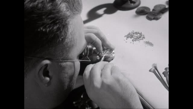 vidéos et rushes de cu watchmaker fixing mechanical in wrist watch / united states - instrument de mesure du temps