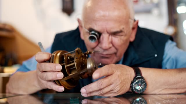 uhrmacher repariert alte uhr - werkzeug stock-videos und b-roll-filmmaterial