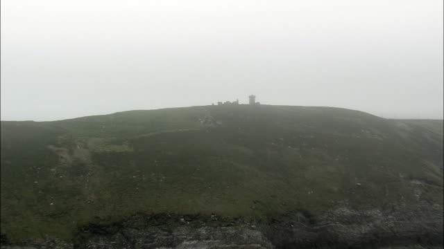 wachturm im nebel-luftaufnahme – munster, kork, hubschrauber beim filmen, antenne video cineflex, eröffnungsszene, irland - festung stock-videos und b-roll-filmmaterial