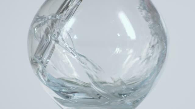 vídeos y material grabado en eventos de stock de cu slo mo water being poured into glass / orem, utah, usa - orem