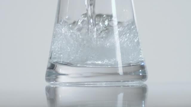 vídeos de stock, filmes e b-roll de cu slo mo water being poured into glass / orem, utah, usa - orem