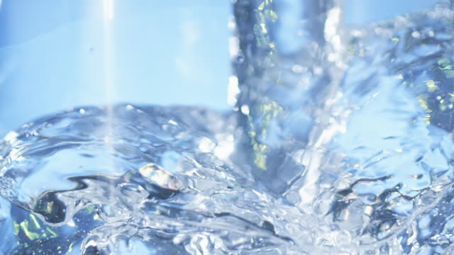 vídeos de stock e filmes b-roll de cu slo mo water being pouring straight into glass / los angeles, california, united states - copo