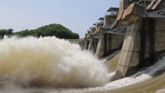 vídeos de stock, filmes e b-roll de water being released from the auxiliary spillway at oologah lake, near oologah oklahoma at the rate of 65,000 cubic feet per second or 455,500... - planejamento de emergências