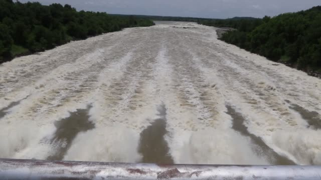 vídeos y material grabado en eventos de stock de water being released from the auxiliary spillway at oologah lake near oologah oklahoma at the rate of 65000 cubic feet per second or 455500 gallons... - galón