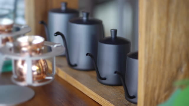 wasser kochen in den schwarzen wasserkochern. - teekessel stock-videos und b-roll-filmmaterial