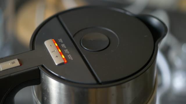 vídeos y material grabado en eventos de stock de agua, hervir en el recipiente - tetera vajilla