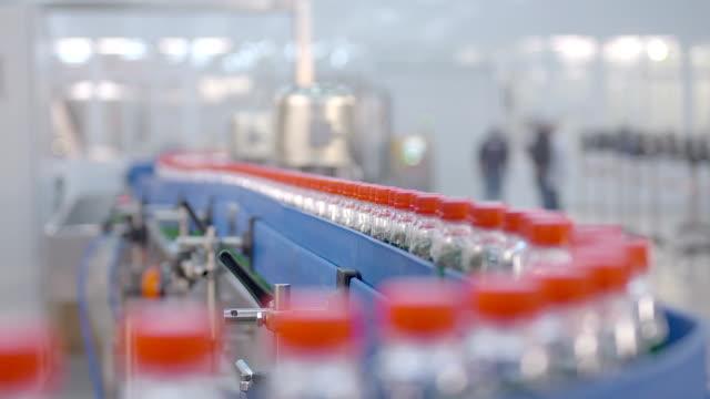 vídeos y material grabado en eventos de stock de industria de transportador de botellas de agua. producción de agua. - embalaje