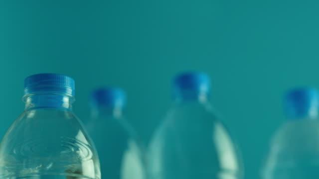 flaschen wasser - flasche stock-videos und b-roll-filmmaterial