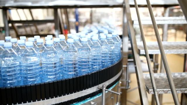 stockvideo's en b-roll-footage met water bottling factory - waterfles