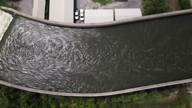 道路上の水橋 - 最大点の映像素材/bロール