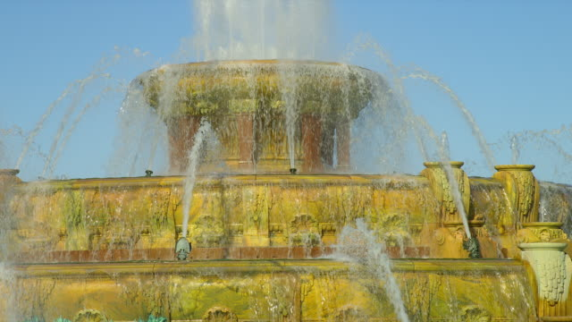 water cascades down buckingham fountain in grant park, chicago, illinois. - buckingham fountain stock videos and b-roll footage