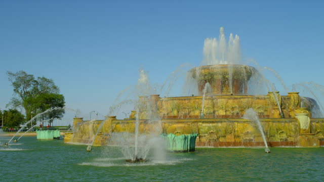 water cascades down buckingham fountain in grant park, chicago, illinois. - buckingham fountain stock videos & royalty-free footage