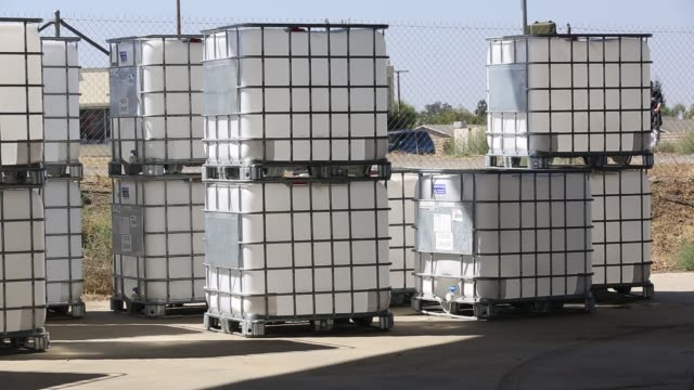 vídeos de stock, filmes e b-roll de water charity in porterville supplying bottled water to houses who have had no running water for over five months, near bakersfield, california, usa.... - recipiente