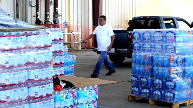vidéos et rushes de a water charity - bouteille d'eau minérale
