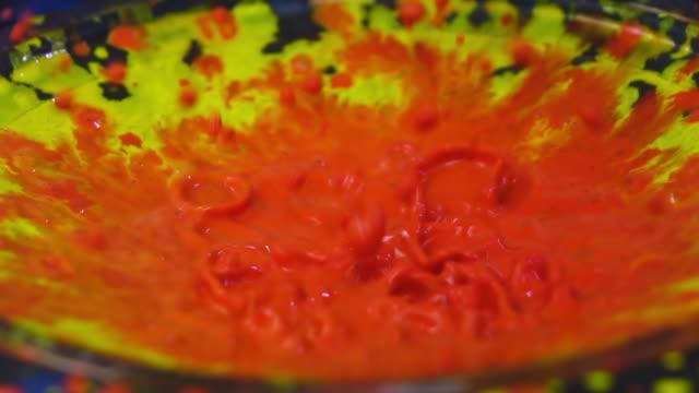 stockvideo's en b-roll-footage met water kleur explosie slowmotion op spreker - luidspreker
