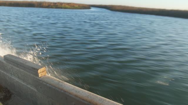 stockvideo's en b-roll-footage met water coming off port side of boat - wiese
