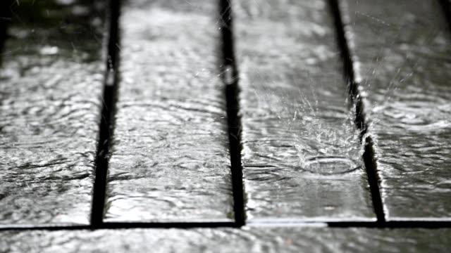 vídeos de stock, filmes e b-roll de dano da água em uma plataforma de madeira - nível da superfície