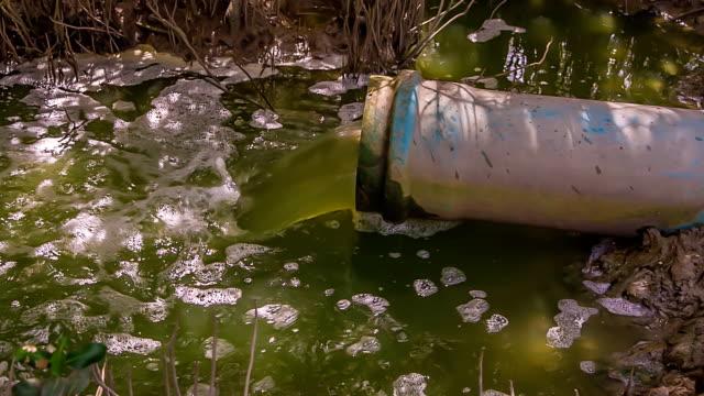 vídeos de stock e filmes b-roll de água escorrer. - poluição de água