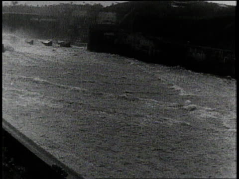 w water draining from a lock in the panama canal / panama - chiusa di fiume video stock e b–roll