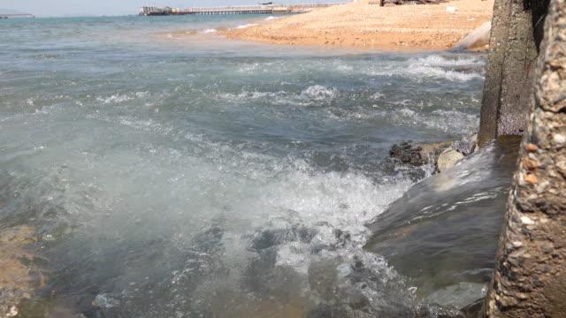 vidéos et rushes de drains d'eau à l'océan - caractéristiques côtières