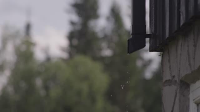 vídeos de stock, filmes e b-roll de água pingando do cano da sarjeta - ralo instalação doméstica