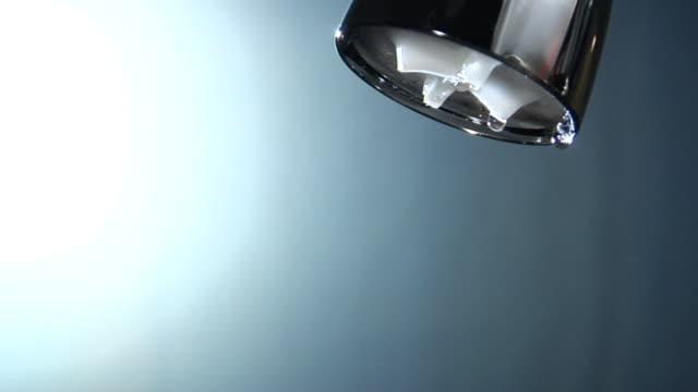 cu, water dripping from shower head - 永久運動点の映像素材/bロール