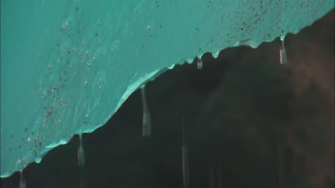 stockvideo's en b-roll-footage met ecu, water dripping of blue glacier, los glaciares national park, patagonia, argentine - melting