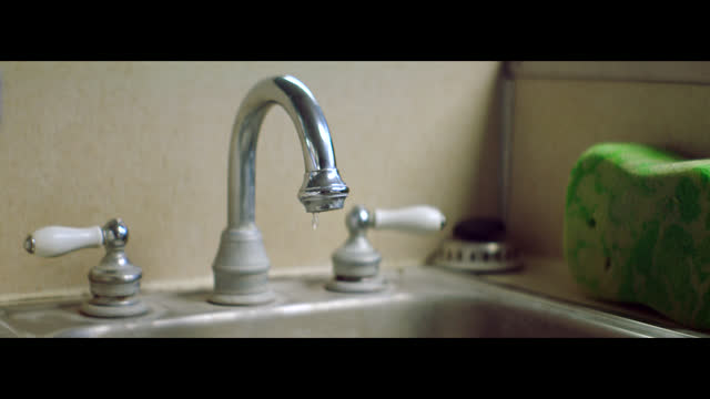 stockvideo's en b-roll-footage met water drips from a faucet in a small town barber shop. - breedbeeldformaat
