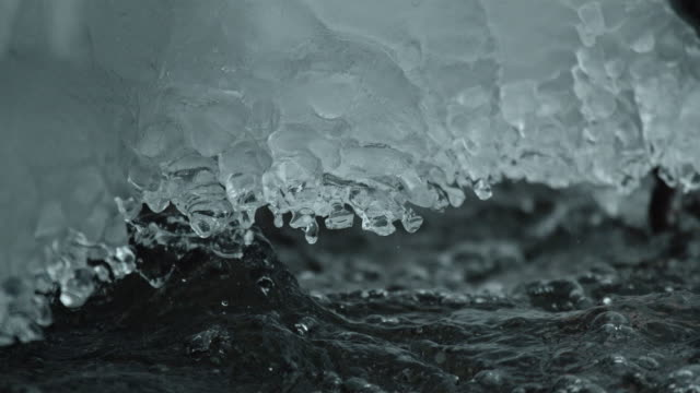 vídeos de stock e filmes b-roll de water drop ice river slow motion - gelo