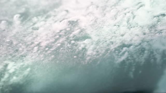 vidéos et rushes de gouttes d'eau et bulle de savon sur une fenêtre de voiture - buée