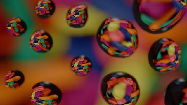 vídeos de stock, filmes e b-roll de gotas da água no fundo abstrato de vidro - water form