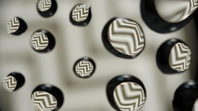 vídeos de stock, filmes e b-roll de molhe gotas na placa abstrata de vidro do teste padrão do ouro do fundo - water form