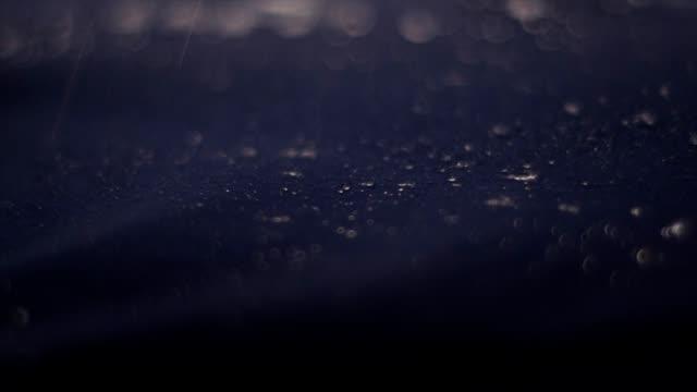 vatten droppar på syntetiskt vatten tätt tyg. sportkläder närbild - vattenyta bildbanksvideor och videomaterial från bakom kulisserna