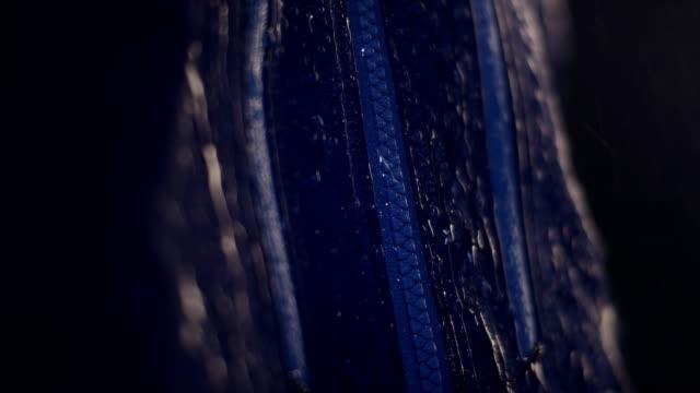 vídeos y material grabado en eventos de stock de gotas de agua en tela impermeable sintética. cremallera de ropa deportiva de cerca - abrigo