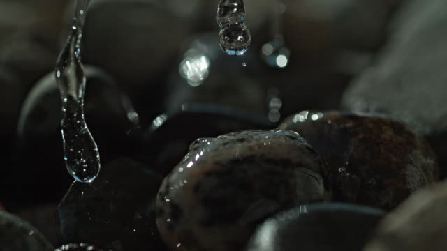 vídeos de stock, filmes e b-roll de water drops river rock slow motion macro - rocha