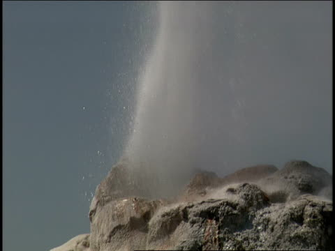 water erupts out of a geyser. - 水の形態点の映像素材/bロール