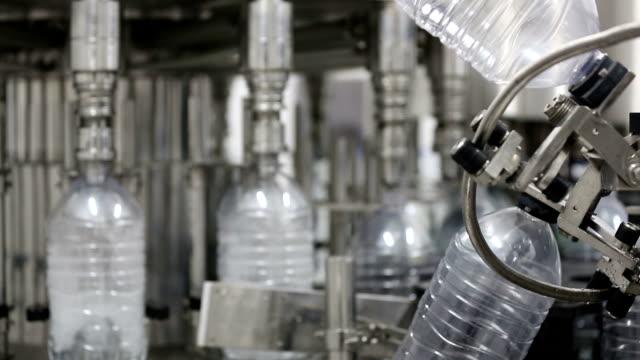 vídeos y material grabado en eventos de stock de fábrica de agua - botella de agua