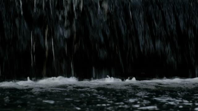 Wasser fallen in reservoir