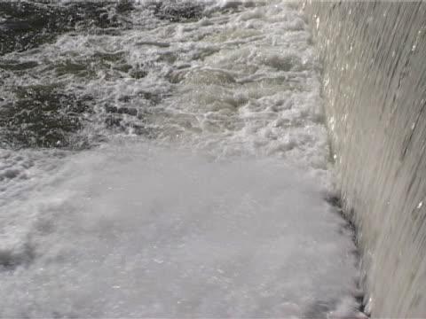 water falling over weir, cu - ブレコンビーコンズ国立公園点の映像素材/bロール