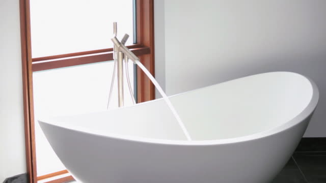 vídeos y material grabado en eventos de stock de ws zi water filling designer bathtub in modern home bathroom / richmond, virginia, usa - cuarto de baño