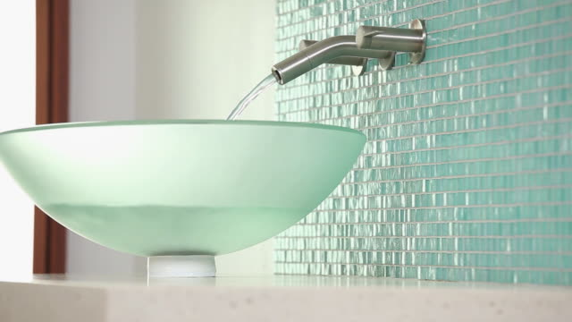 vidéos et rushes de cu pan water filling sink in modern home bathroom / richmond, virginia, usa - lavabo