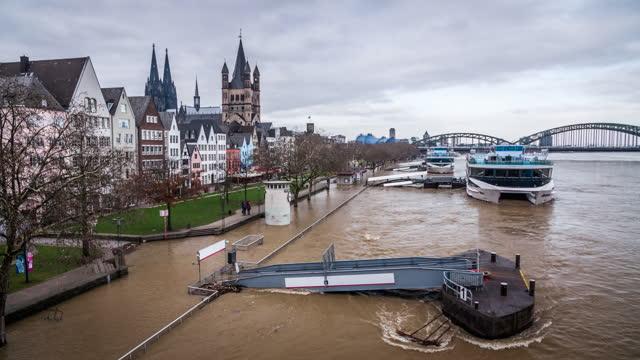 vídeos de stock, filmes e b-roll de inundação de água do rio reno em colônia, alemanha - alemanha