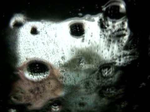 水の流れ。クリア、ダークスライド式の効果 - にじみ出す点の映像素材/bロール