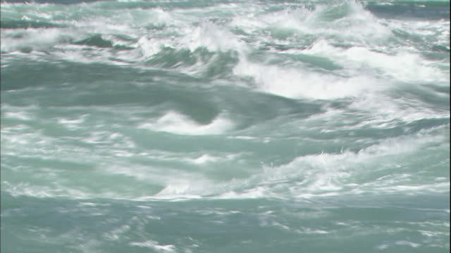vídeos y material grabado en eventos de stock de water flow forms whirlpools in the naruto strait in japan. - remolino
