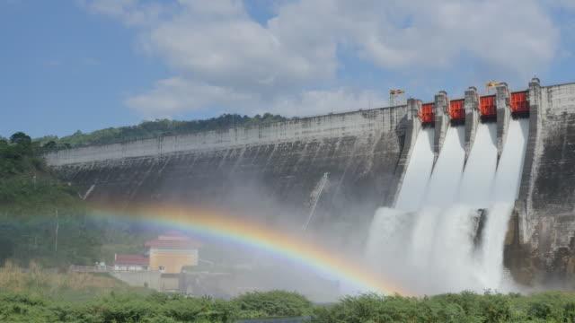 Waterstroom van de dam en de regenboog.