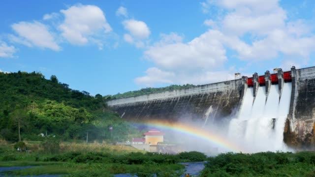 stockvideo's en b-roll-footage met waterstroom van de dam en de regenboog. - dam mens gemaakte bouwwerken