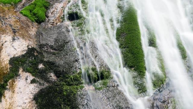 L'eau qui coule sur les rochers