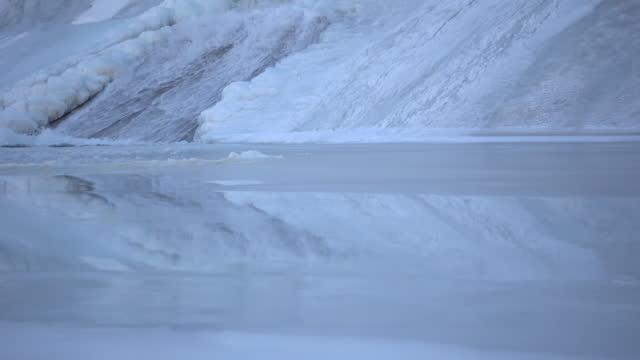 vídeos de stock, filmes e b-roll de água que flui para baixo a piscina de forma no gelo - water form