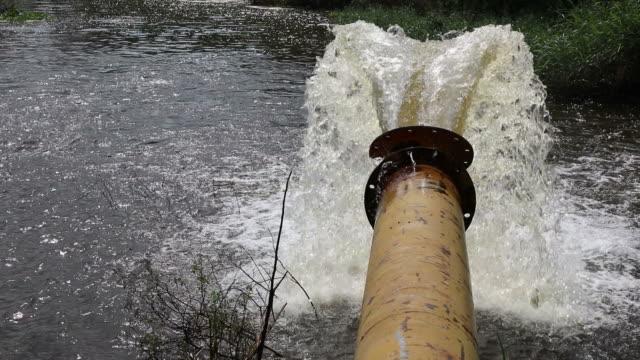 Wasser fließt aus einem großen pipe.
