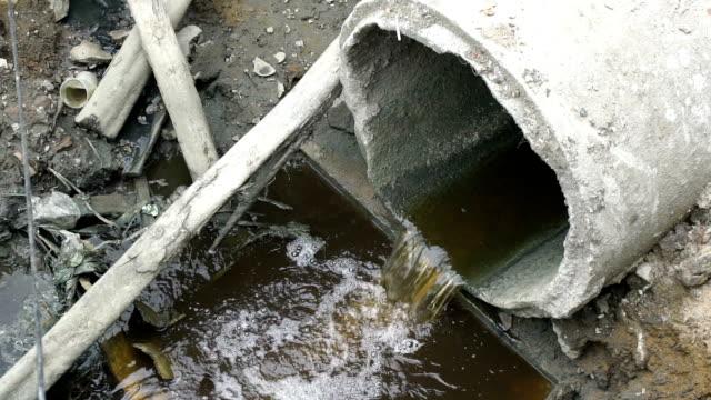 vídeos de stock, filmes e b-roll de água que flui da calha - drenagem